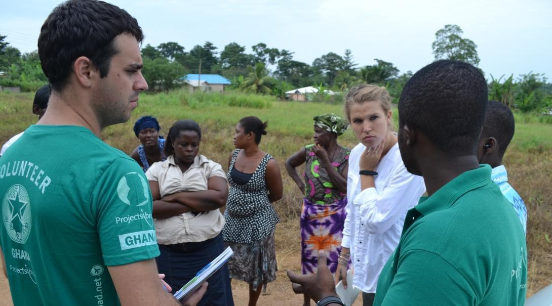 Pasante habla con personal y empresarios locales durante su proyecto de Microfinanzas en Ghana.